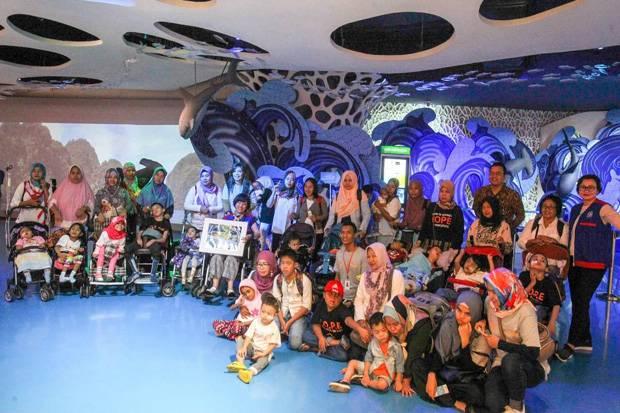 Yayasan Agung Podomoro Land Ajak Anak Disabilitas Berwisata di Jakarta Aquarium